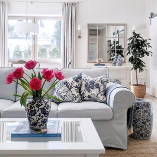 Świeże kwiaty i poduszki o kwiatowych wzorach to mój sposób na stworzenie letniego klimatu w domu, chociaż za oknem zostało jeszcze trochę śniegu 😁 Już niedługo…⠀⠀⠀⠀⠀⠀⠀⠀⠀ ⠀⠀⠀⠀⠀⠀⠀⠀⠀ Widoczne na zdjęciu poszewki N°1 będą ponownie dostępne w sklepie do dwóch tygodni 😉⠀⠀⠀⠀⠀⠀⠀⠀⠀ ⠀⠀⠀⠀⠀⠀⠀⠀⠀ —⠀⠀⠀⠀⠀⠀⠀⠀⠀ #poduszki #stolikkawowy #salon #instaklub #livingroominspiration #livingroomdetails #polskiewnetrza #dodatkidodomu #dekoracjedomu #wnetrza #wnętrza #wnetrze #wnętrze #wystrójwnętrz #wystrojwnetrz #wnetrzazesmakiem #aranżacjawnętrz #mojdom #mójdom #mojemieszkanie #stylnowojorski #homeinspirations #domoweinspiracje #whiteinterior #whitehomedecor #hamptonsdecor #hamptonsstyle #hamptonshouse #hamptonsinteriors #blueandwhitehome