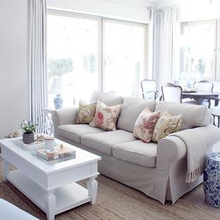 """Mówi się, że aby odmienić pomieszczenie należy zmienić trzy rzeczy: kolor ścian, kanapę i lampy. Z tej trójki wybrałam kanapę 😉. Popularna sofa Ektorp z Ikea ma kilka wad, ale z drugiej strony jest wygodna, można ją kupić w rozsądnej cenie i ma zdejmowane pokrowce, które można prać i także zmieniać w zależności np. od pory roku.⠀⠀⠀⠀⠀⠀⠀⠀⠀ ⠀⠀⠀⠀⠀⠀⠀⠀⠀ Tej jesieni zapragnęłam małej odmiany i kupiłam jasno-beżowe pokrowce, które pasują do naturalnych dekoracji i do… poduszek w bardziej jesiennych kolorach 🍁🌿🍂. Poszewki są oczywiście dostępne w moim sklepie w dwóch rozmiarach. Na zdjęciu są te """"mniejsze"""".⠀⠀⠀⠀⠀⠀⠀⠀⠀ ⠀⠀⠀⠀⠀⠀⠀⠀⠀ Czy któraś z Was też tak kombinuje z pokrowcami, czy macie jeden określony kolor?⠀⠀⠀⠀⠀⠀⠀⠀⠀ ⠀⠀⠀⠀⠀⠀⠀⠀⠀ —⠀⠀⠀⠀⠀⠀⠀⠀⠀ #pokojdzienny #jesien #jesiennedekoracje #jesienneinspiracje #salon #stolikkawowy #ektorp #ikeapolska #ikeafurniture #babyboo #dynie #polskiewnetrza #dodatkidodomu #dekoracjedomu #wnetrza #wnętrza #wnetrze #wnętrze #wystrójwnętrz #wystrojwnetrz #wnetrzazesmakiem #aranżacjawnętrz #mojdom #domoweinspiracje #neutraldecor #coffetable #whiteinterior #whitehomedecor #hamptonsstyle #hamptonshouse"""