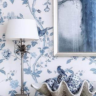 Mały sneak peek z mojego pokoju. Znalezienie w Polsce biało-niebieskiej tapety w stylu chinoiserie graniczyło z cudem, ale udało się i oto jest — Summar Palace Royal Blue z firmy Laura Ashley. W serii tapet Summar Palace znajdziecie też inne kolory, od bardziej intensywnych po stonowane pastele, więc jeśli szukacie tapety w tym stylu, to jest w czym wybierać 😉⠀⠀⠀⠀⠀⠀⠀⠀⠀ ⠀⠀⠀⠀⠀⠀⠀⠀⠀ —⠀⠀⠀⠀⠀⠀⠀⠀⠀ #chinoiserie #lauraashley #tapeta #polskiewnetrza #polskiewnętrza #urzadzaniewnetrz #dodatkidodomu #dekoracjedomu #wnetrza #wnętrza #wnetrze #wnętrze #wystrójwnętrz #wystrojwnetrz #wnetrzazesmakiem #aranżacjawnętrz #mojdom #mójdom #mojemieszkanie #homeinspirations #domoweinspiracje #whiteinterior #whitehomedecor #hamptonsdecor #hamptonsstyle #hamptonshouse #hamptonsinteriors #blueandwhitehome #blueandwhiteforever #blueandwhitedecor