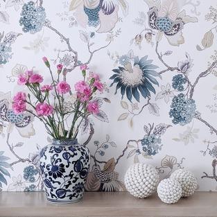 """Witam się dziś z Wami tym kwiatowym kadrem z mojej łazienki. Ostatnio motywy kwiatowe są mi jeszcze bliższe, a to za sprawą dużej dawki ogrodowych inspiracji. W zimie zrobiłam projekt mojego ogrodu, gdyż w końcu wyklarował mi się jego styl (do tej pory błądziłam po omacku). Jeśli chodzi o dom, to nie mam problemu z wizją całości, tutaj czuję się pewnie, ale ogród to całkiem inna bajka…⠀⠀⠀⠀⠀⠀⠀⠀⠀ ⠀⠀⠀⠀⠀⠀⠀⠀⠀ Ostatnie tygodnie spędziłam więc na sadzeniu nowych roślin i przesadzaniu dotychczas istniejących 😄. I powiem Wam, że bardzo lubię tę """"pracę"""" (nawet wyrywanie chwastów mnie relaksuje 😉). Ciekawa jestem, ile spośród z Was, mnie tutaj obserwujących, ma ogród i też kocha """"ryć w ziemi""""?⠀⠀⠀⠀⠀⠀⠀⠀⠀ ⠀⠀⠀⠀⠀⠀⠀⠀⠀ —⠀⠀⠀⠀⠀⠀⠀⠀⠀ #kwiatysapiekne #łazienka #tapeta #lazienkamarzen #mojdom #mójdom #mojemieszkanie #polskiewnetrza #polskiewnętrza #urzadzaniewnetrz #dodatkidodomu #dekoracjedomu #wnetrza #wnętrza #wnetrze #wnętrze #instawtorek_kfs #instawtorek #wystrójwnętrz #wystrojwnetrz #wnetrzazesmakiem #aranżacjawnętrz #aranzacjawnetrz #homeinspirations #domoweinspiracje #hamptonsdecor #hamptonsstyle #hamptonshouse #hamptonsinteriors #blueandwhitehome"""